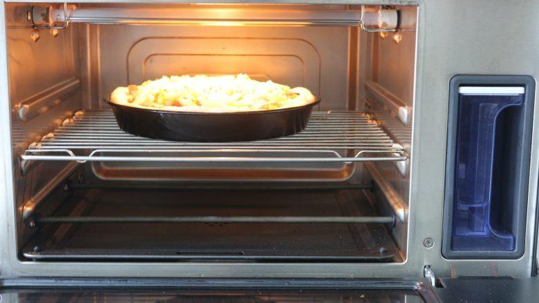 鸡肉蔬菜披萨,蒸汽烤箱提前预热好200度10分钟,再把准备好的披萨放入烤条中层200度23分钟,如果中途表面上色就要盖上锡纸,避免表面太焦