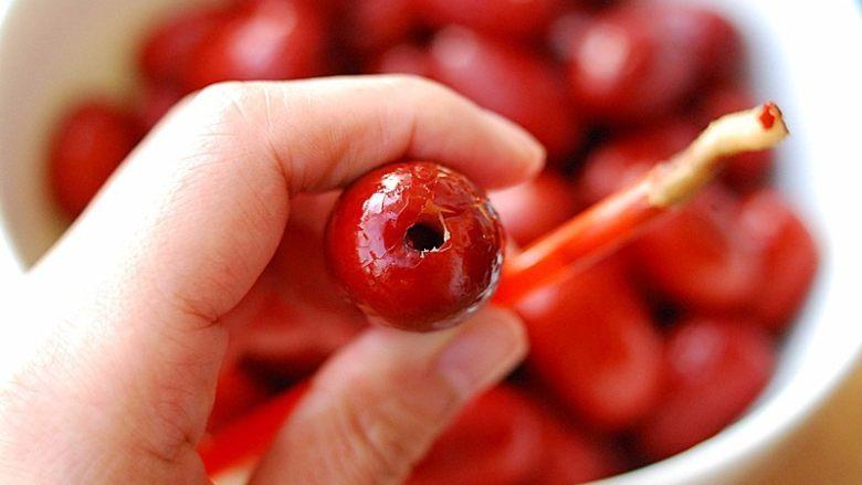 蜂蜜红枣蜜-美容养颜圣品,将<a style='color:red;display:inline-block;' href='/shicai/ 2470'>红枣</a>洗净,用吸管去除小核