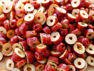 蜂蜜红枣蜜-美容养颜圣品,逐个切成小块