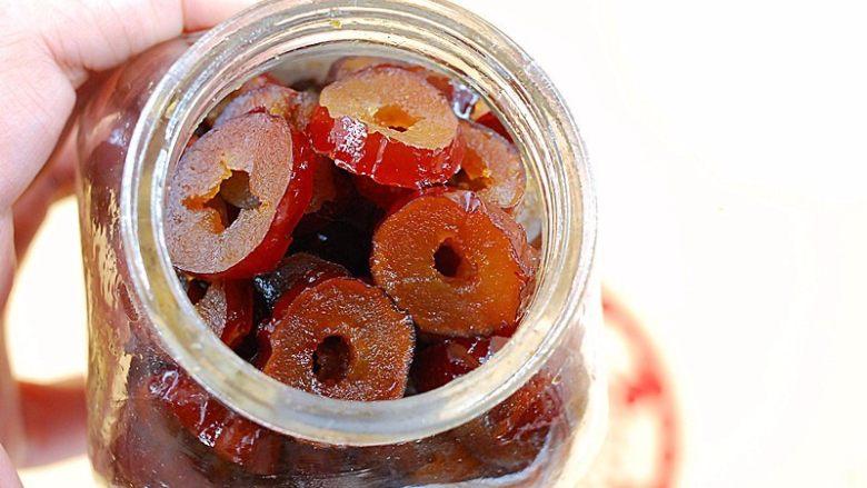 蜂蜜红枣蜜-美容养颜圣品,小火煮半小时左右,煮至枣软汤干,晾至温凉后,装入瓶中