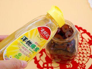 蜂蜜红枣蜜-美容养颜圣品,倒入适量蜂蜜,与红枣面齐平即可