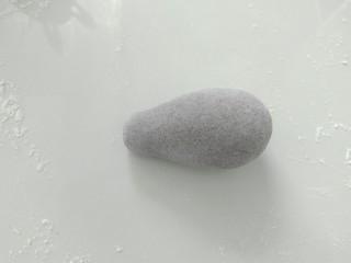 趣味馒头,每一个小剂子,搓成一头稍尖的椭圆体。
