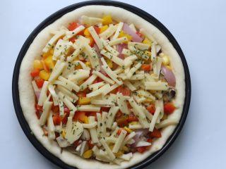 雞肉蔬菜披薩,然后再撒上最后的100克芝士條,再放入適量的歐芹片即可