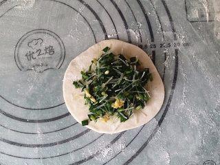 韭菜盒子,放入适量馅料后上下对折捏实