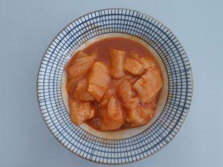 电饭煲食谱合集,然后将洗好切块的鸡肉 丢到碗里,腌制一会!半个小时即可!(鸡肉尽量切小点)
