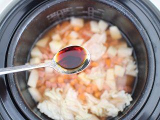 电饭煲食谱合集,然后加入与食材平齐的水。在加入3勺半的生抽,一丢丢盐,和一点猪油,没有猪油的也可以放玉米油. (小贴士:喜欢米饭硬一点的 水就少一点点