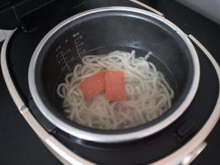电饭煲食谱合集,煮个3分钟过后,在加入切好块的方腿!继续盖上盖子煮个五分钟的样子