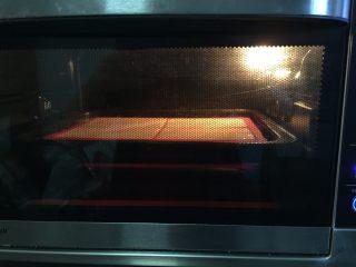 原味华夫饼,烤箱180°预热后将将华夫饼模放进烤箱中层,烘烤25分钟