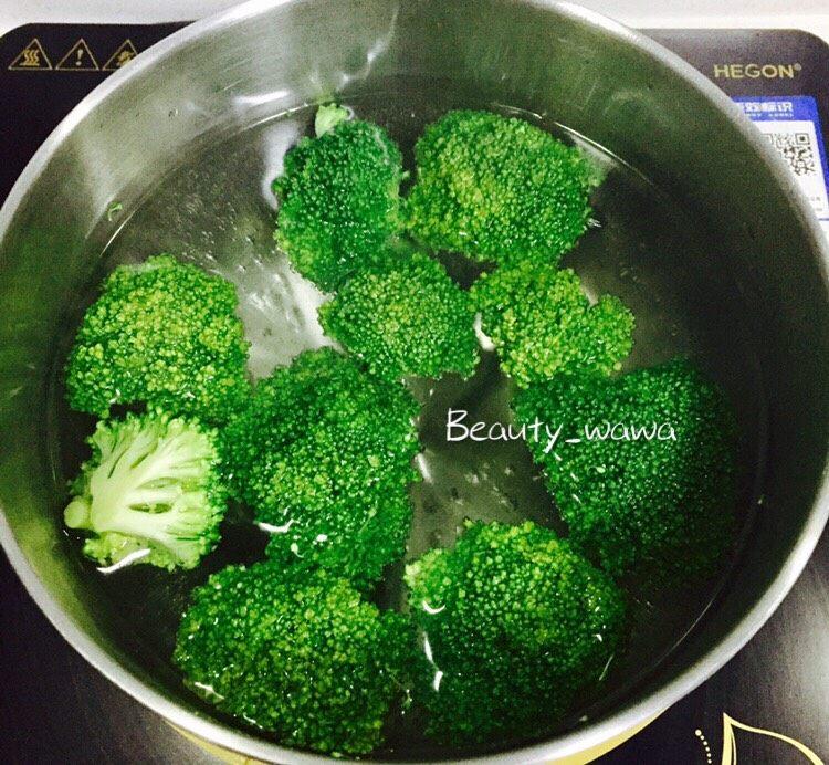 奶香浓郁西兰花汤 换一种吃法吃西兰花 ,准备一锅清水烧开,把西兰花放进水中汆烫,然后捞出备用