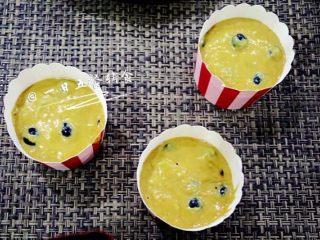 蓝莓麦芬蛋糕,把拌好的面糊装入裱花袋,挤入纸杯模具7、8分满。(我偷懒直接倒进了纸杯)。然后放入预热好180度的烤箱,烤20分钟。