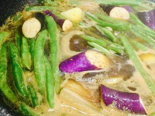 连汤汁也能拌饭的—东北炖豆角,翻炒均匀,盖好盖子炖20分钟左右。