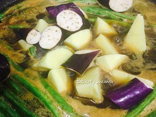 连汤汁也能拌饭的—东北炖豆角,加入土豆块和茄子。