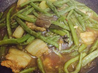 连汤汁也能拌饭的—东北炖豆角,开盖,转大火,收汁。