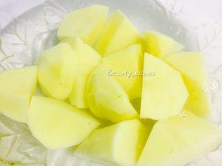 连汤汁也能拌饭的—东北炖豆角,将切好的土豆块放在清水中浸泡,以免氧化变黑。同时准备其他材料