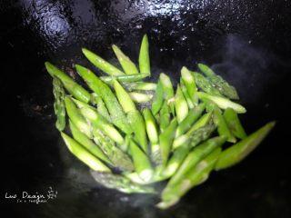 芦笋炒虾仁,倒入芦笋翻炒,加盐调味。 家里有鸡汤或者肉汤的可以适当倒点, 没有也没有关系。