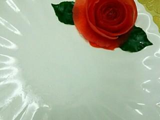 蒸蛏子,忘了拍卷好的了,这个是以前卷的,都一样哦,如果做为盘边花可以加上叶子,其实番茄皮卷花是最简单快捷又美观的,做一道菜,盘里点缀下还是美美哒,也为这道菜品添色不少😍😍😍😍