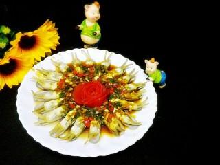 蒸蛏子,摆上番茄花,淋上酱汁,撒上葱花大功告成,是不是美美哒,开吃开吃,真的好吃,比炒的好吃多了,😂😂😂😂😂😂😂