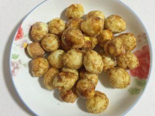 糖醋虎皮鹌鹑蛋,炸至金黄色,表面呈虎皮状捞出控油。