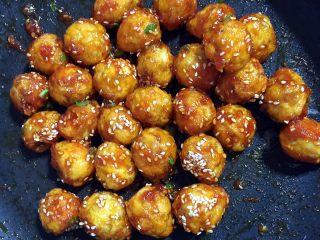 糖醋虎皮鹌鹑蛋,起锅前加入适量的白芝麻和葱花翻炒均匀即可!