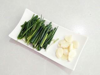 葱油拌面,大蒜切片,香葱切断。