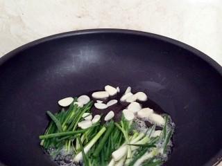 葱油拌面,烧热炒锅放入油,放入葱,蒜片小火加热。