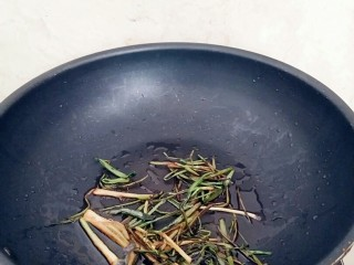 葱油拌面,香葱炒制焦黄出锅备用。