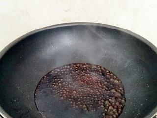葱油拌面,倒进料汁加热至冒泡,倒出备用。
