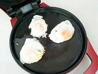 葱油拌面,鸡蛋用电饼档煎熟。