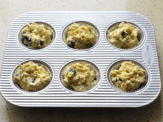 燕麦马芬,混合好的面糊用勺子装入模具内,8分满。