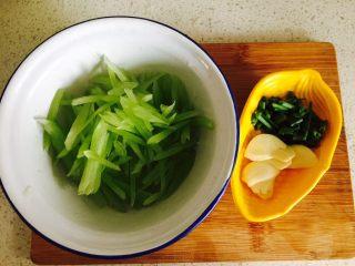 蟹粉煮干丝,所有食材洗净,莴笋切成丝,蒜瓣切片,葱切成葱花