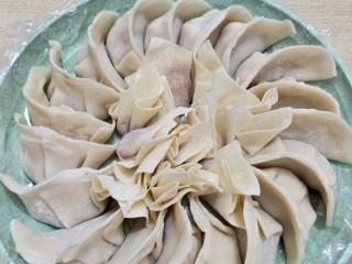 饺子馄饨一锅端!洋葱猪肉饺,最后的完成图旁边饺子,中间馄饨