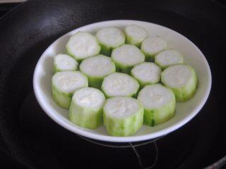 蒜蓉肉末浇丝瓜,整齐码入碟子内,上锅大火蒸5分钟