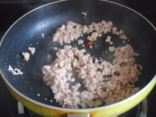 蒜蓉肉末浇丝瓜,翻炒开