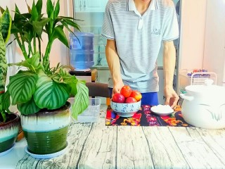 自制桃罐头,先将所有需要用到的材料准备好。3g盐放到净水里,一会泡桃用。