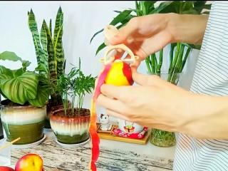 自制桃罐头,洗干净的桃去皮。我这里用的是油桃。