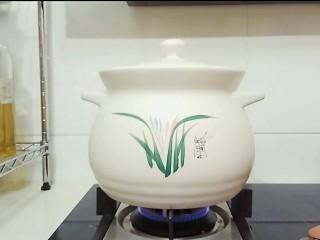 自制桃罐头,中火煮20分钟。