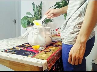 自制桃罐头,放凉后,用勺子把油桃捞到密封罐中,最后把锅里的糖水也倒进去。