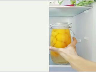 自制桃罐头,装好的油桃罐头放到冰箱冷藏保存。
