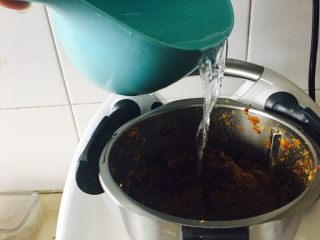 姜枣膏,加入净水。