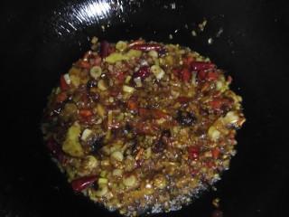 泡椒多春鱼,先把豆瓣酱和泡椒炒出味再把其他小料加进去炒香 再加料酒 耗油 老抽 酱油 在加水