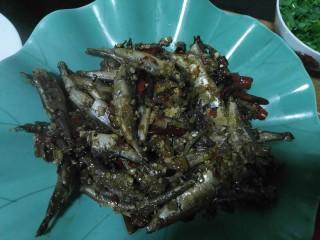 泡椒多春鱼,把煮好的鱼捞到碗里
