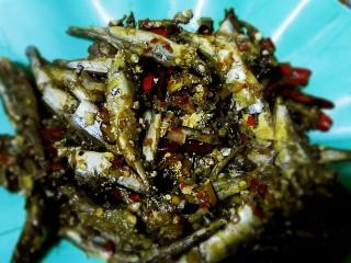 泡椒多春鱼,把鱼捞出来后 在把锅里的汤汁开大火加红薯粉勾芡在加油增加光泽感