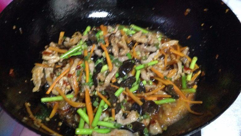 鱼香肉丝,倒入碗汁收汁均匀即可出锅