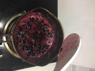 自制蓝莓酱,要一直用铲子搅拌,防止糊锅