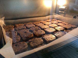 红糖花生饼干,烤箱提前预热10分钟,放入烤盘,上下火170度烤二十五分钟左右,饼干发出滋滋声,逐渐上色后即可