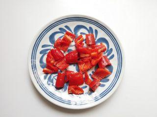 芦笋炒虾仁,红椒去籽切成方块