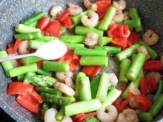 芦笋炒虾仁,加入盐和鸡精翻炒调味,即可关火装盘