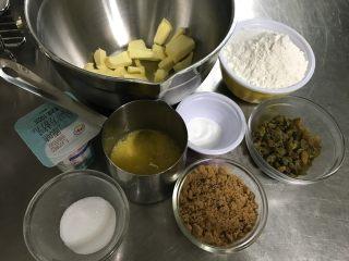 朗姆酒葡萄干奶油玛芬 麦芬,首先准备好需要的材料 还有一些准备工作需要提前做好 黄油、鸡蛋、牛奶恢复到室温