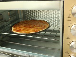 黑椒牛柳披萨,烤箱预热18度,放入胚子烤10分钟。