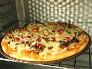 黑椒牛柳披萨,再次送入烤箱200度烤15分钟左右即可。
